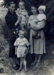 Полина Дмитриевна с сыном Сергеем (справа) 1963г